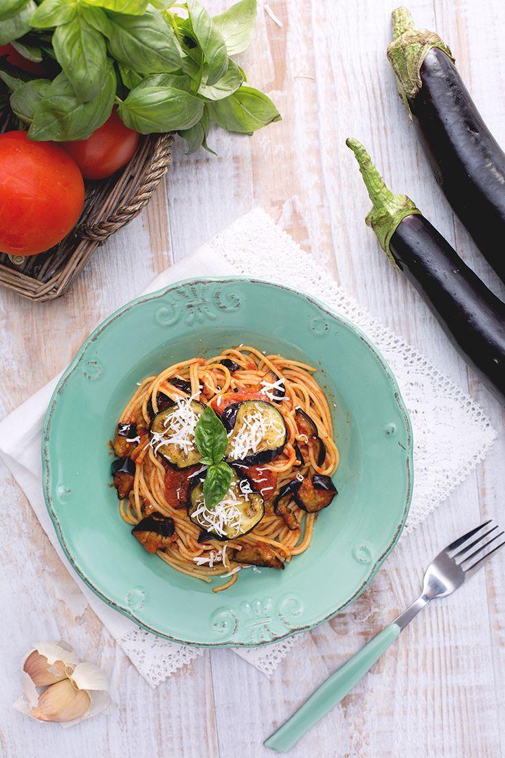 La #pasta alla #norma è uno dei piatti che rappresentano meglio l'#Italia: #spaghetti, #melanzane #fritte e #pomodoro #fresco in #salda rappresentano uno degli abbinamenti più amati nel #mediterraneo! Da servire rigorosamente con #basilico fresco e una grattugiata di #ricotta #salata! #ricetta #GialloZafferano #italianrecipe #italianfood