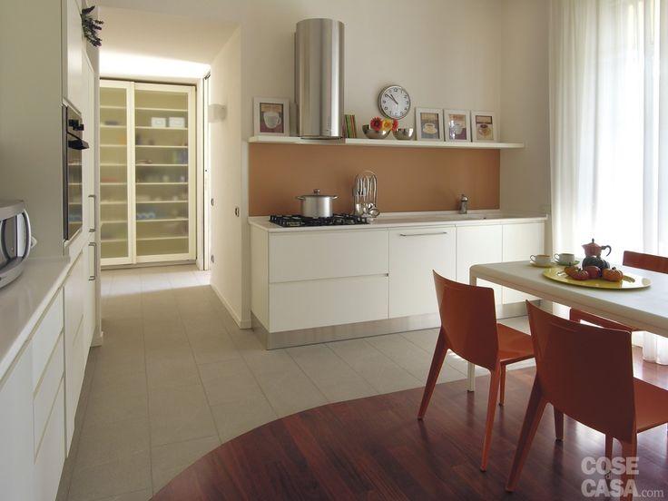 Alla cucina,  in laminato bianco opaco con zoccolino in acciaio realizzata su disegno, si accede sia dal soggiorno sia dal disimpegno che comunica con l'ingresso