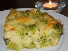Zapečená brokolice v sýrovém bešamelu 1 balíček brokolice (500 g) 150 g strouhaného eidamu 1 PL hladké mouky 1 PL másla asi 250-300 ml mléka sůl pepř špetka muškátového oříšku sušená petrželka olej na vymazání misky Zapékací misku vymažeme  olejem,do ní polovinu ovařených růžiček brokolice. Vrstvu posypeme  třetinou sýra. Uděláme druhou vrstvu a zalijeme bešamelem, posypeme zbylým sýrem, přiklopíme a dáme do troubyna 180° 20–30 min, poté sundáme pokličku a necháme sýr zezlátnouti 5–10 min.