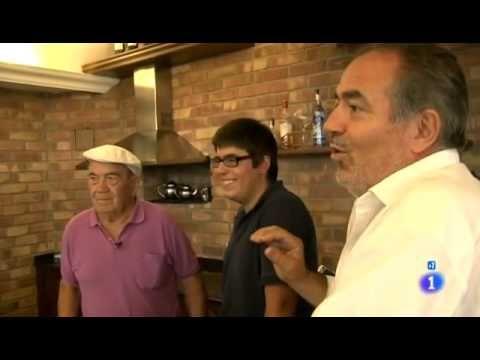 Victorino Eguren, fundador de Eguren Ugarte, enseña la bodega en un reportaje de Comando Actualidad (TVE)