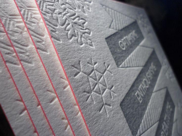 LETTERPRESS ◊◊ Voeux Agence IKEN communication • Quimper ◊◊ Bientôt dans votre boite aux lettres et sur votre bureau ! La carte de voeux est au format 10×15 cm. Imprimée en Letterpress avec une couleur Pantone argent et un débossage pur sur papier Keaykolour Cygnes 450g/m². En terme de finition, on retrouve une couleur sur tranche magenta. #letterpress #debossed #débossage #gaufrage #embossge #pantone #877U #newyear #voeux