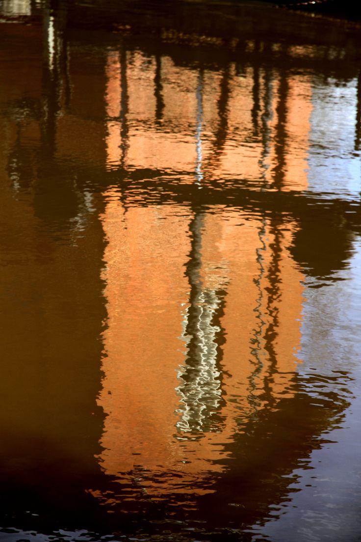 Vesivoimalaitos heijastuu Loimijoen pinnasta.