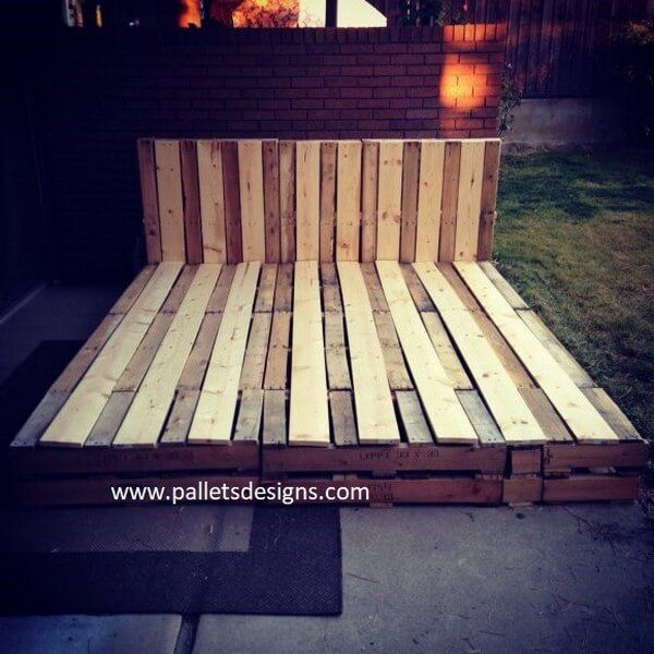 Here is another magnificent and artistic looking handmade pallet king size frame that is quiet big as it takes the place of a bed so it is providing you the luxury for very little money as compared to going in the market and buying a bed for your room.