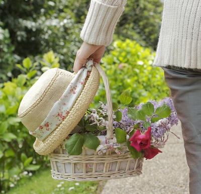 *: Flowers Gardens, Straw Hats, Beautiful Spring, Cottage Gardens, Basket, Cottages, Garden Hats, Baskets, Photo