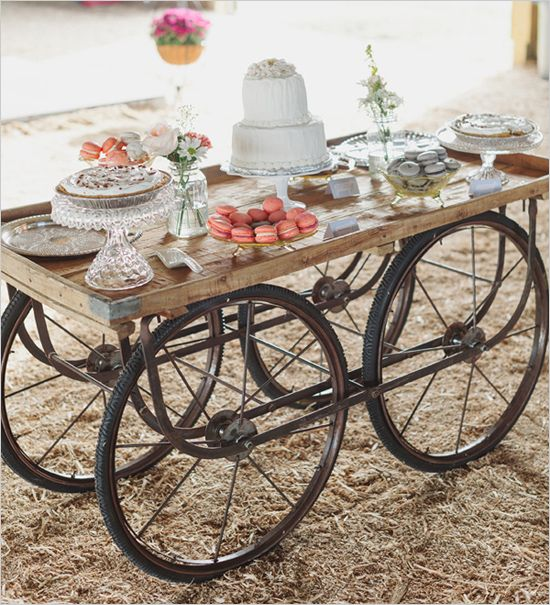 Equipamento de fazenda antigo usado como mesa de bolo | Old farm equipment used as cake table