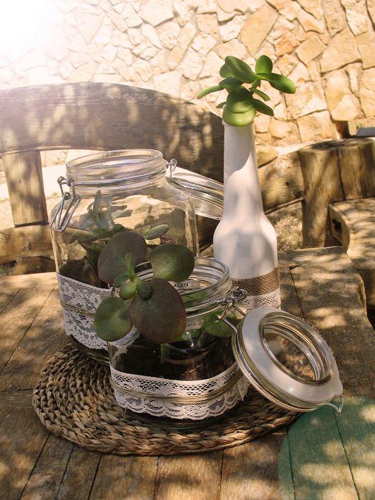 Centros de mesa con tarros de cristal decorados con arpillera, puntillas y cuerda de cáñamo; suculentas y cactus