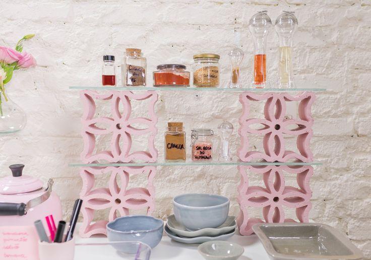 Os cobogós podem servir de estante, intercalando com vidro ou madeira. Os tijolos vazados e pintados também valem.
