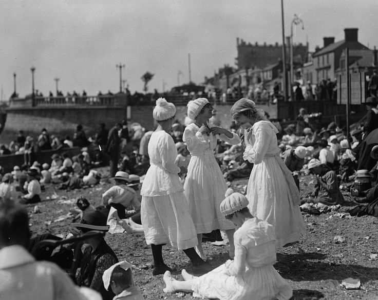 1919. Southend-on-Sea, Essex,  (Topical Press Agency/Getty Images)