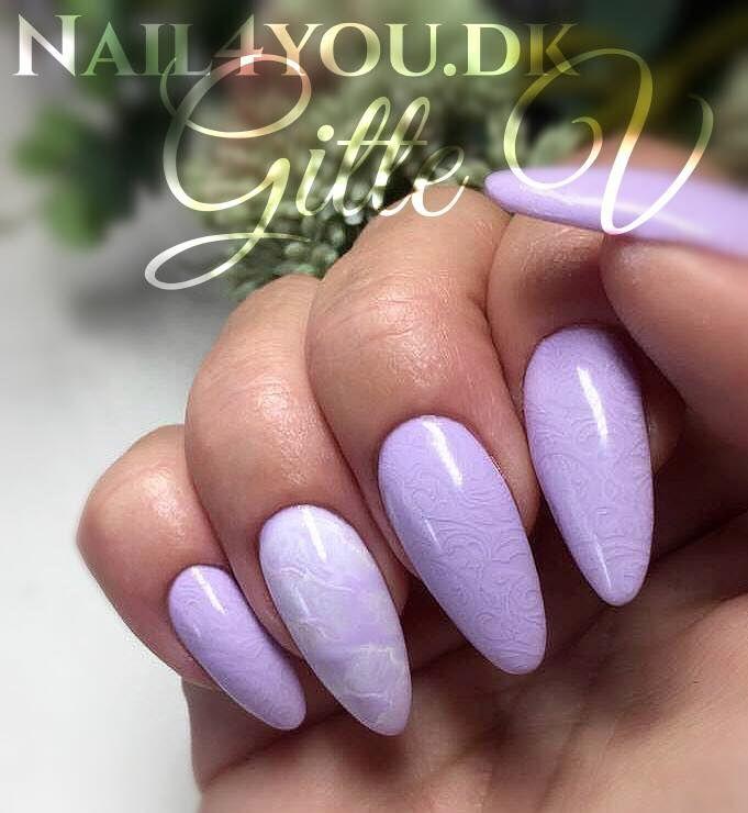 Gel Polish pastel, en lækker sommer lilla gel polish, her med nail art stamping i næsten samme farve lilla. Og en enkel negl med nail art marble i lys lilla og hvid