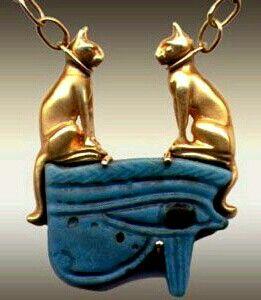 Collar amuleto del antiguo Egipto. Dos gatos de oro sobre el ojo de Horus (Circa 200 AC)