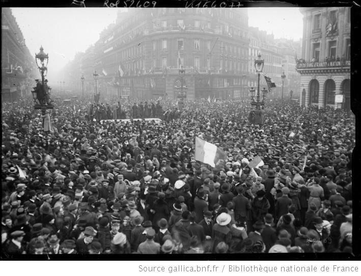 Place de l'Opéra et rue de la Paix, le jour de l'armistice [du 11 novembre 1918] : [photographie de presse] / [Agence Rol] - 1
