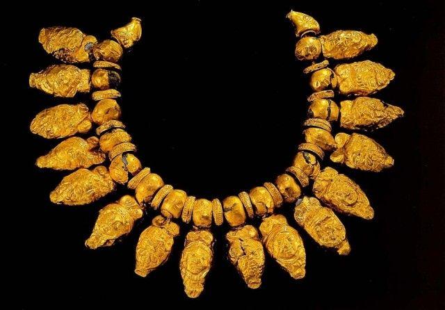 Ожерелье с шестнадцатью подвесками. Подвески сделаны в форме масок Селена и Медузы  Третья четверть 6 века до н. э. Золото; чеканка. Длина 23,5 см Национальный археологический музей  Флоренция