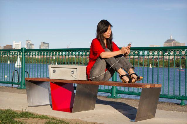 Soofa : des bancs solaires pour recharger votre mobile