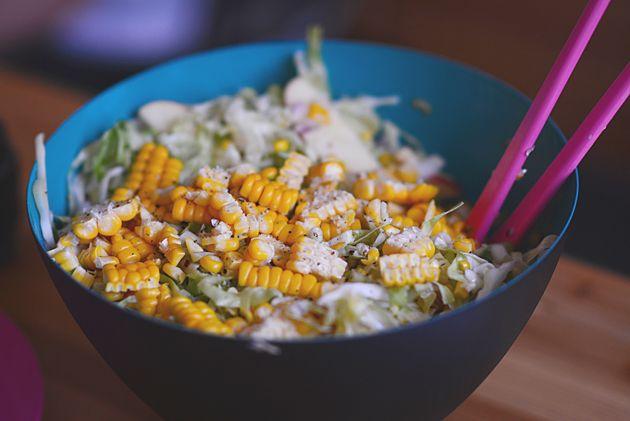Sund salat med friske majs, sommerkål og æbler | Emily Salomon/