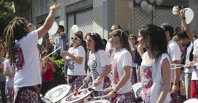Με κρουστά, μπαλόνια και χορό ξεκίνησε το «Μικρό Παρίσι των Αθηνών» (εικόνες) • MyLamia.com