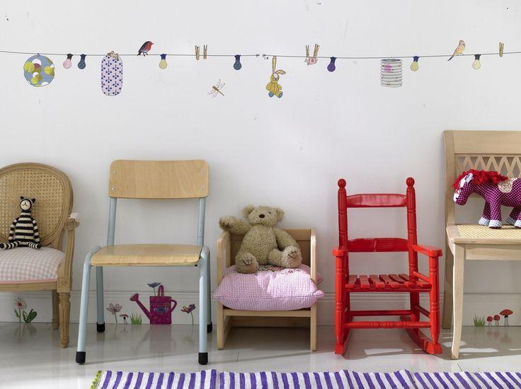 Kindertapete mit Vögeln und anderen Gegenständen auf einer Wäscheleine
