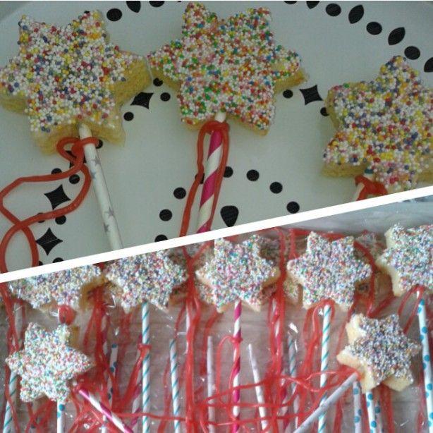 Leuke & makkelijke traktatie : papieren rietje, cake, glazuur, spikkels en een snoepveter...