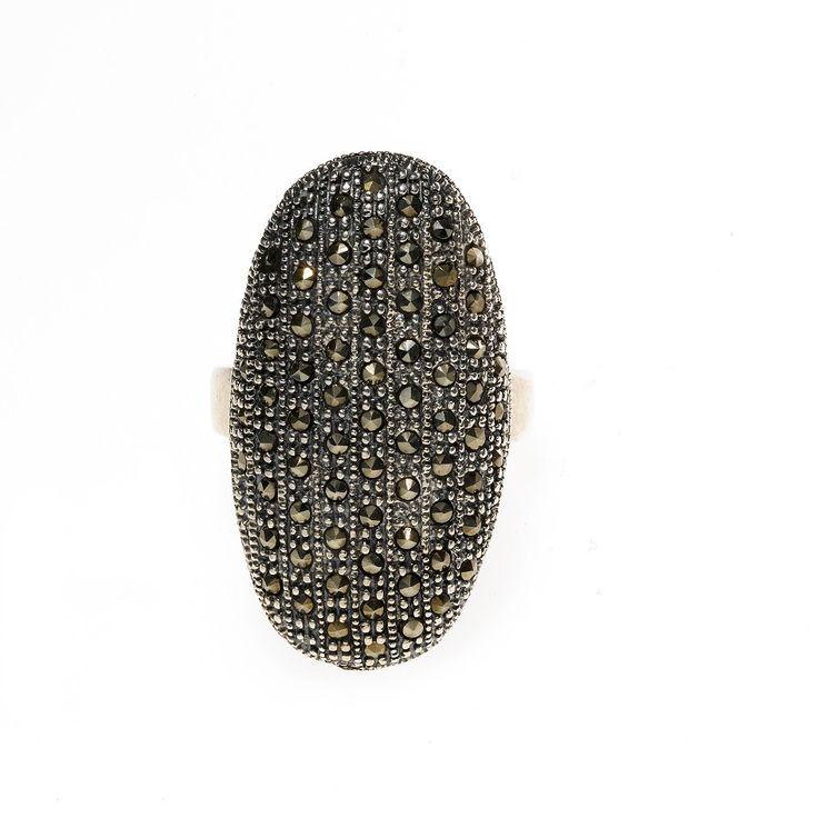 Anillo SALVATORE PLATA en plata 925/000 y marquesitas. Se trata de un anillo grande en forma de medio ovalo, que ocupa un gran trozo del dedo en el que lo luzcas. Todo repleto de circonitas, queda estupendamente puesto. Un clásico muy elegante.