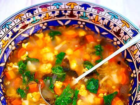 Minestronen är nog världens mest kända soppa. Den har lika många recept som det finns kockar. I ärlighetens namn ska det väl sägas att den också är tämligen misshandlad på sina håll. Ingredienserna är inte huggna i sten, men följer du det här receptet kommer du att bjuda på en riktigt minnesvärd ministre. /Stefano