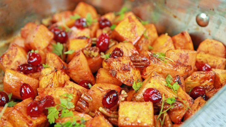 Søtpoteter er perfekt som tilbehør til kalkun og andre stekte kjøttretter. Lise Finckenhagen lager dem med smak av sitrus og krydder.