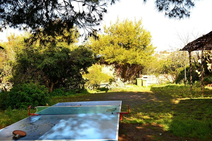 Una parte del cortile attorno alla Foresteria, con il tavolo da ping pong pronto per i momento di relax dei ragazzi.