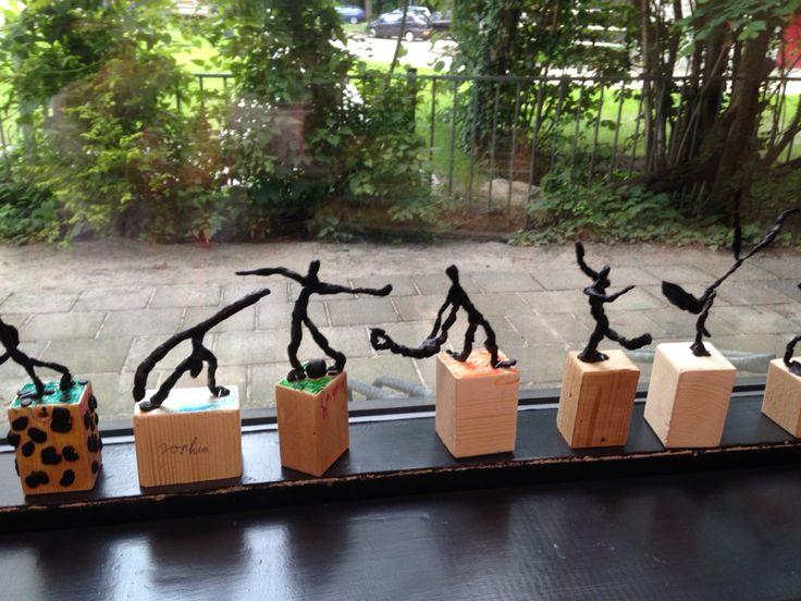 Wassen beeldjes voor olympische spelen. Blokje hout, koperdraad is het lijfje ( moet je zelf erop maken met een nietje) kneedbare was eromheen.