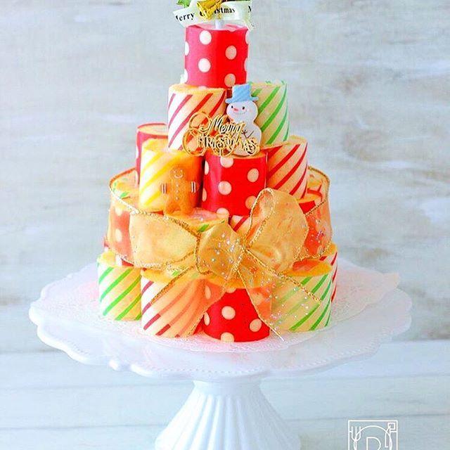 delicious photo by @airio830 わぁぁ❗️🤗と、声をあげてしまいそうになる可愛い #ロールケーキタワー ❤️@airio830 さん が作ったのは、クリスマスカラーのワックスペーパーを巻いたアイデア作👏🏼✨カラフルで素敵ですね🎄💫こちらは32カットで大きめタワーなので、まずは小さめでチャレンジしてみてもいいですね💕 . -------------------------- ◆インスタグラムの食トレンドを発信する、食卓アレンジメディア「おうちごはん」も更新中✨ プロフィール欄のリンクから見れますよ https://ouchi-gohan.jp/ -------------------------- ◆このアカウントではインスタグラマーさんの素敵なPicをご紹介しています。 ハッシュタグ#LIN_stagrammer#delistagrammer #デリスタグラマー を付けて投稿してみてくださいね! ※これらいずれかのハッシュタグがついた投稿を、おうちごはんFacebookページ でもご紹介させていただくことがございます。…