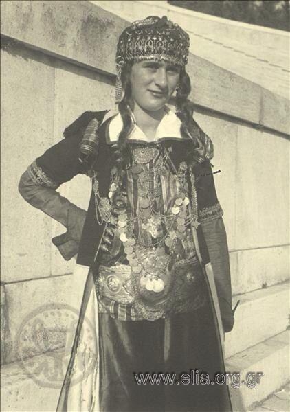 Εορτασμοί της 4ης Αυγούστου: γυναίκα με παραδοσιακή ενδυμασία από την Ηπειρο,1937. Nelly's (Σεραϊδάρη Έλλη)