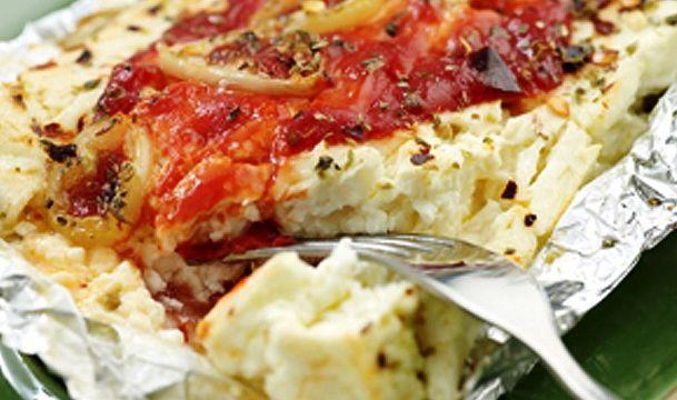 Φέτα καυτερή ψητή σε αλουμινόχαρτο. Μια συνταγήγια τους λάτρεις τη φέτας και των καυτερών. Ένας υπέροχος κρασομεζές και ουζομεζές... Photo:http://weeklyhom