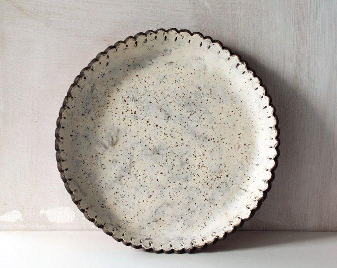 Gespikkelde wit met bruine schaal met geschulpte rand van keramiek