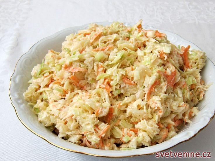 Oblíbený zelný salát s majonézou. Nabízíme velmi chutný recept na jednu z jeho verzí. Podáváme jako přílohu k pokrmům z masa. Ocení ho všichni účastníci vaší domácí oslavy, kdy ho podáváme ke studeným obloženým mísám.
