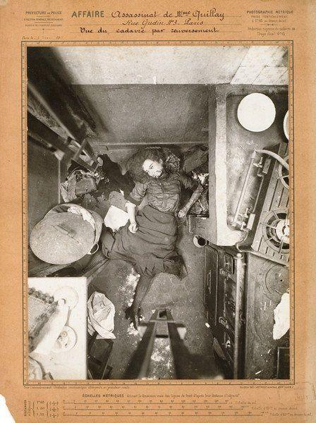 ASSASSINATS-SUICIDES Scènes de crime, 1893-1912. 12 tirages, dont 6 argentiques d'époque et 6 albuminés, montés sur carton, certains titrés dans le négatif, légendés à l'encre, dont 1 avec une coupure… - Yann Le Mouel - 23/04/2010