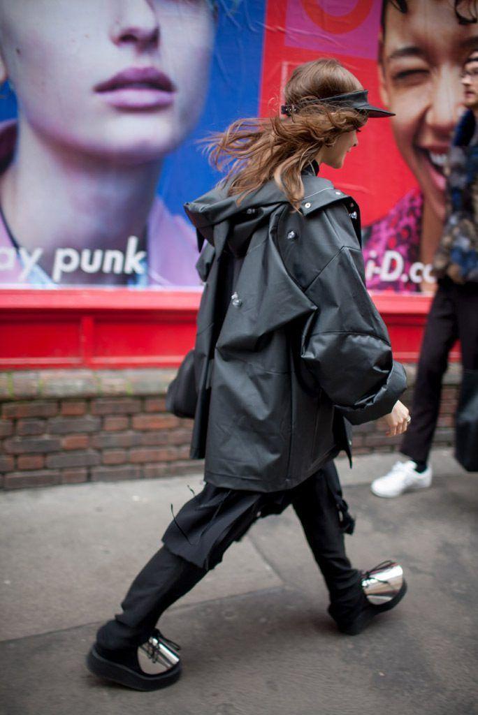 """ロンドンで行われた2016-17年秋冬ロンドン・ファッション・ウイーク会場から、最新のストリートスナップをお届け。2016年春夏のトレンドキーワードで、""""悪趣味な""""という意味の「タッキー」なスタイルも登場した。"""