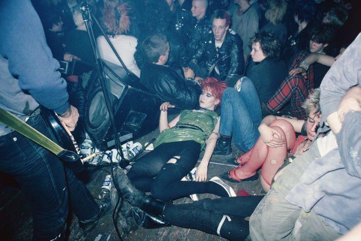No Future: Punk ist manchmal keine schöne Sache, macht aber doch Spaß. Auf diesem Bild sind nicht mehr alle ganz frisch - es entstand bei einem Konzert von Soilent Grün, die Band wurde wenig später als Die Ärzte bekannt.