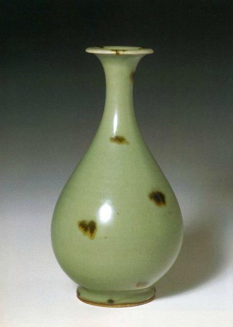 A tobi seiji pear-shaped vase, yuhuchunping, Yuan dynasty. Bauer Collection Geneva.