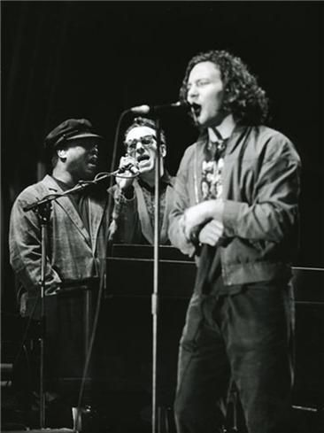 Cutie Little Man. And Booker T Jones, Elvis Costello, Irlanda 1993