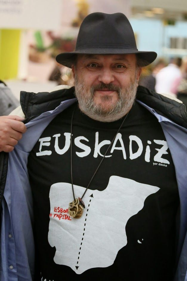 Sacha Hormaechea, chef-owner of Madrid's Restaurante Sacha, a famous chefs' hangout, shows off his Euskádiz  tee-shirt at Madrid Fusión.  Photo by Gerry Dawes©2014 / gerrydawes@aol.com / Facebook / Twitter / Pinterest.  Canon 5D Mark III / Canon 70-200mm f/4L USM with Canon 1.4 Telextender.  ISO 6400 / Exposure 1/320 sec / Aperture 5.6 / Focal Length 98mm.