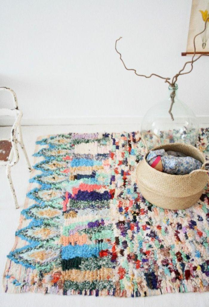 tapis berbere kilim pas cher coloré pour le salon moderne avec murs blancs