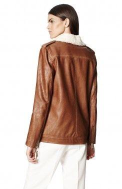 CHAQUETA ECO-CUERO Biker chaqueta de estilo eco-cuero con cuello de aspecto contrastante vellón. Tiene un cierre de cremallera cruzada sobre la parte delantera y un bolsillo de parche en el pecho.