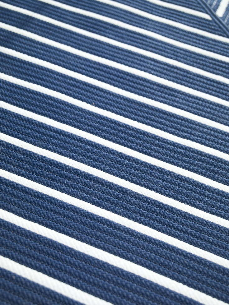Blue and white outdoor rug roselawnlutheran for Blue and white carpet