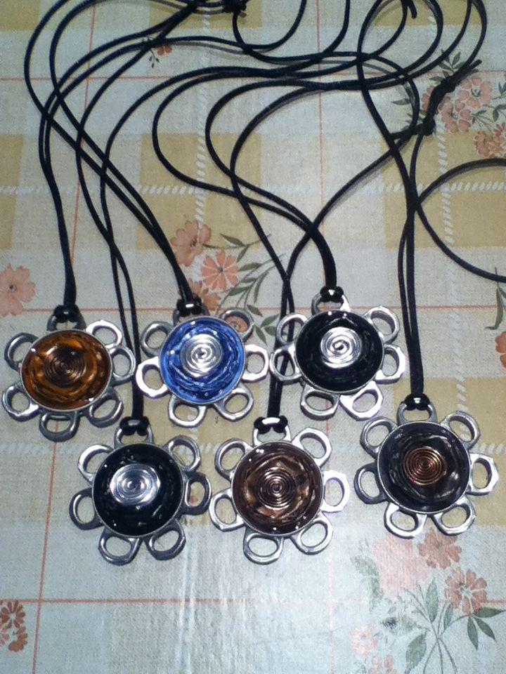 collares realizados con cápsulas nespresso y adornados con hilo mágico y chapas de refrescos