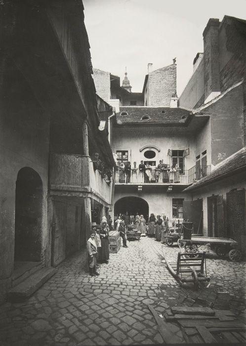 Budapest, Udvar az egykori Torony utca és Duna utca sarkán,  1895  Klösz György felvétele