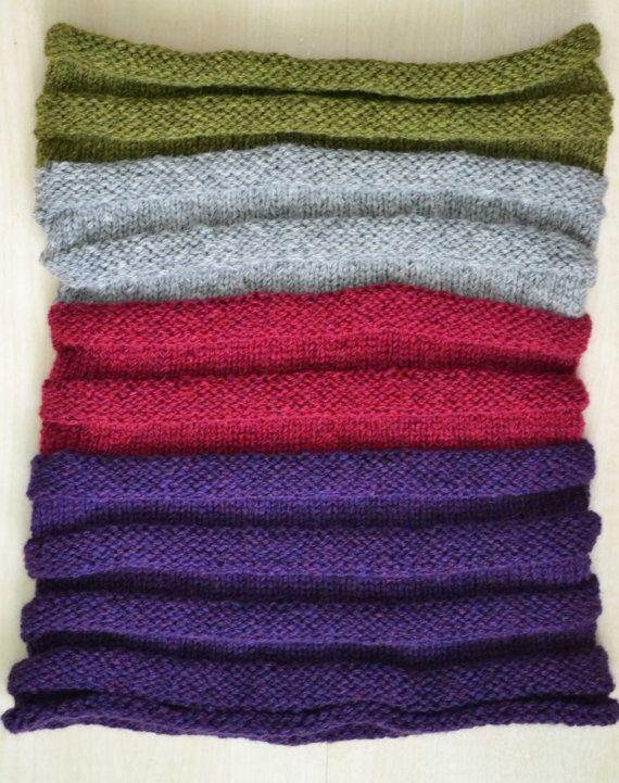 Capucha rayas tejidas con púrpura, verde, rojo y gris, tan acogedor y cálido. Hecho de;  90% baby Alpaca  5% lana merino  5% poliamida.    Mediciones;  60cm/23 ancho 30cm/12 alto relajado  50cm/20 de altura se extendía.    Esta chimenea se siente tan suave será un placer usar.    Puede ser usado sobre la cabeza, como una chimenea o una capa o una sudadera con capucha. Usted puede usar con jeans y será precioso sobre una chaqueta. Es también un gran desgaste para los hombres.   ...