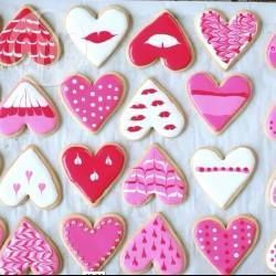 Kekse für den Valentinstag verzieren - Anleitung wie man Kekse oder Plätzchen mit der Nass in Nass Technik und Eiweißspritzglasur (Royal Icing) toll verzieren kann @ de.allrecipes.com