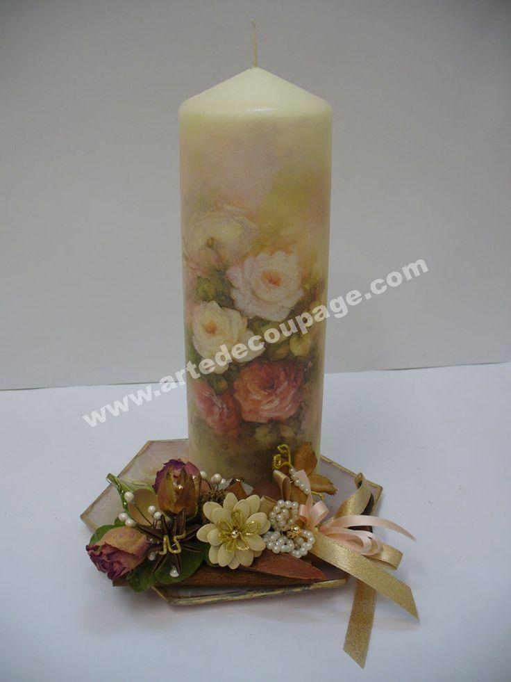 Questa candela è stata realizzata con la tecnica del decoupage e rifinita di brillantini, il tutto è stato valorizzato attraverso l'arte delBiedermeier.