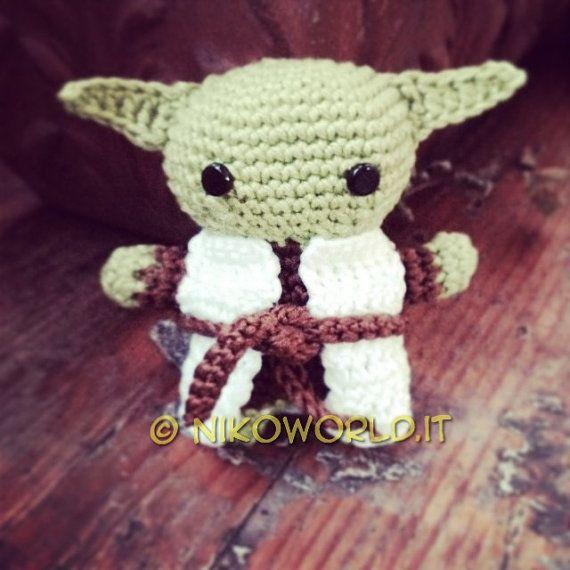 Stupendo e carinissimo Amigurumi realizzato a mano che rappresenta Yoda da Star Wars. Amigurumi è larte giapponese di creare stupendi oggetti