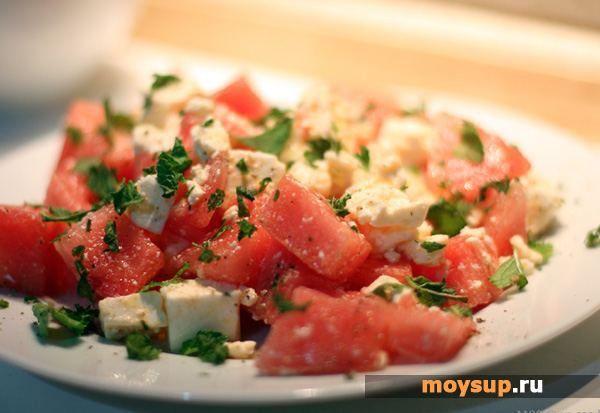 Средиземноморская кухня: салат с помидорами и сыром фетакса