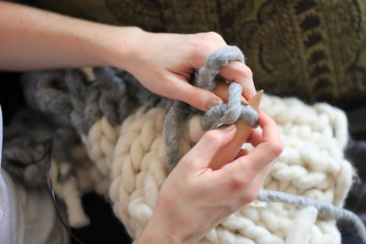 KNITTED - wool throw. I know it's knitting on a crochet board but it's too good not to pin! I might even learn to knit for this tutorial!