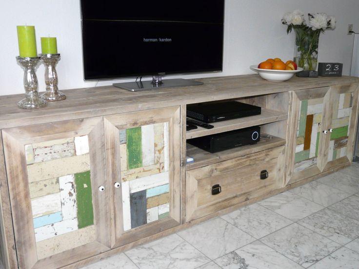 Zo bijzonder is dit tv-meubel annex dressoir van steigerhout, verfraaid met sloophout! Iets hoger en dieper dan onze tv-meubels standaard zijn, namelijk 60 diep en 70cm hoog. Een handige lade in het midden met daarboven open vakken voor de apparatuur. Zowel links als rechts genoeg opbergmogelijkheid voor alle spulletjes die je liever niet in zicht hebt. Natuurlijk ook weer op maat te maken en op aanvraag met 2 lades. Hier op de foto b250xd60xh70cm