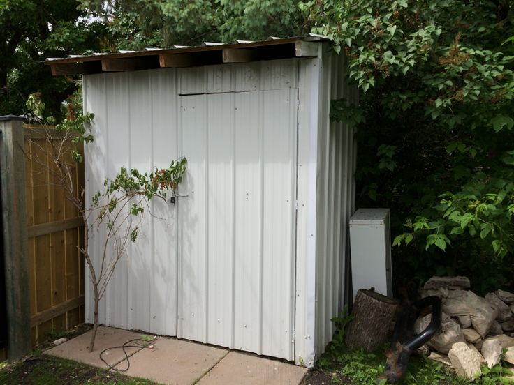 DIY recycled pallet shed